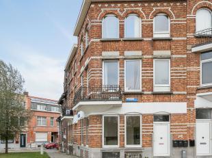 Dit hoekpand omvat drie woonentiteiten, zijnde een duplex-appartement verdeeld onder de kelder- en gelijkvloerse verdieping, een studio op de eerste v