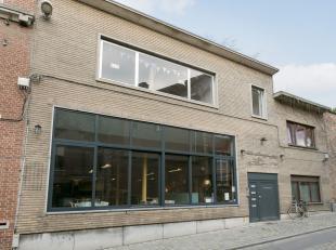 Deze goed draaiende handelszaak is gelegen binnen het culinaire centrum van Leuven op de befaamde Sint-Antoniusberg, gelegen tussen de Naamsestraat en