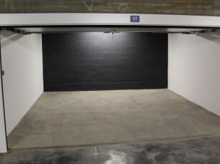 Goedgelegen autostaanplaats in de ondergrondse garage met dubbele automatische poort en ruime inrit in de Residentie WALES aan de Kapucijnenvoer. Vlak