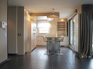 In het gezellige centrum van de gemeente Bonheiden, kan u dit lichtrijke appartement terugvinden. Vlakbij tal van nuttige plaatsen zoals scholen, open