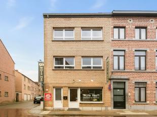 In het hartje van Leuven, in een éénrichtingsstraat, kan u dit opbrengstpand terugvinden. Een halfopen bebouwing omvattende: een gelijkv