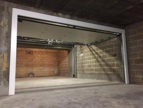 Goedgelegen autostaanplaats in de ondergrondse verdieping van Residentie WALES, toegankelijk via automatische poort en ruime inrit aan de Kapucijnevoe
