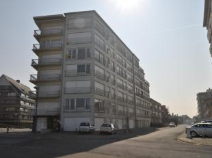 Op te frissen appartement op de 1ste verdieping gelegen dichtbij zee en het centrum. Living met klein zijdelings zeezicht. Open keuken. Afzonderlijke