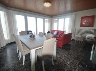 Zeer centraal gelegen hoekappartement op de 3de verdieping op de zeedijk en dichtbij het centrum. Living met prachtig open zicht op zee. Afzonderlijke
