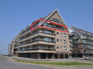 Gezellig hoekappartement op de 4de verdieping gelegen op enkele stappen van zee en dichtbij het centrum. Living met veel lichtinval en toegang tot 2 g