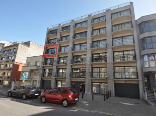 Zeer gezellig appartement op de 3de verdieping gelegen dichtbij zee en het centrum. Living met balkon. Open ingerichte keuken. 2 slaapkamers waarvan 1