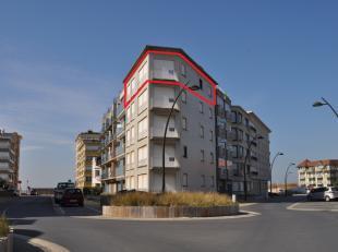Zeer zonnig hoekappartement op de 4 de verdieping gelegen op enkele passen van zee en dichtbij het centrum. Zonnige living met balkon. Prachtig open z