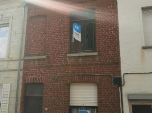 Deze te renoveren woning, gelegen nabij het centrum van Menen, beschikt over:<br /> inkomhal<br /> voorplaats<br /> traphal met toegang tot de bovenve