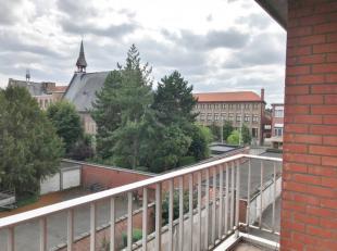 Dit centraal gelegen appartement op de derde verdieping bevindt zich in een zijstraat van de Noordstraat en op enkele minuten wandelen van de Markt.He
