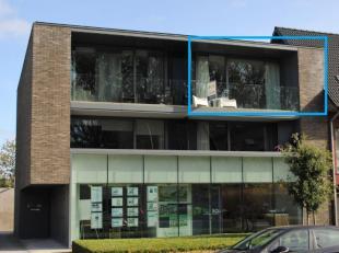 Recent appartement (bouwjaar 2013) gelegen op de tweede verdieping van een kleine residentie omvat:een inkom, een ruime leefruimte met volledig ge&ium