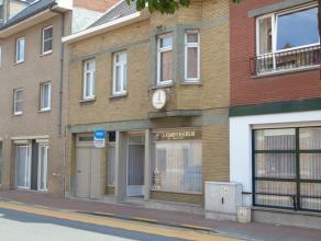 Zeer polyvalent pand in het commercieel centrum van Lichtervelde.<br /> <br /> Indeling: <br /> Gelijkvloers: winkelruimte met uitstelraam en toonbank
