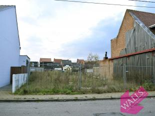 Ideaal gelegen bouwgrond van 147 m² met perfecte Zuid-oriëntatie voor gesloten bebouwing. Dichtbij supermarkten, scholen, gemeentepark en op
