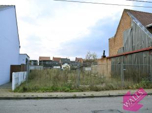 Ideaal gelegen bouwgrond van 158 m² met perfecte Zuid-oriëntatie voor gesloten bebouwing. Dichtbij supermarkten, scholen, gemeentepark en op