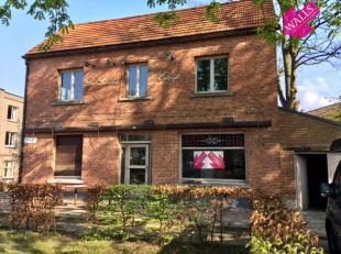Handelswoning gelegen in het pittoreske Lillo, een dorpje aan de Schelde. Het huis bestaat uit een commercieel gelijkvloers van +/- 125m2 met een geze