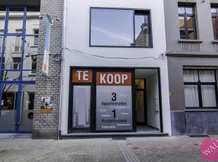Deze cascokantoorruimte is gelegen in de Aalmoezenierstraat, een zijstraat van de Nationalestraat. Er is reeds een nieuwe etalage geplaatst en mogelij