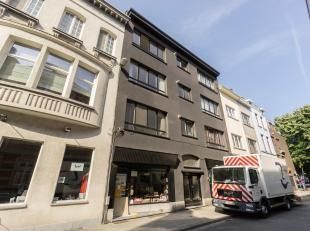 Prachtig opbrengsteigendom op absolute toplocatie hartje Antwerpen, tussen de Kloosterstraat en het St-Andriesplein. Het gebouw bestaat uit 6 1-slaapk