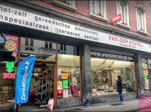Ideaal voor pop-up of zomerbar! Deze commerciële ruimte met een etalage van +/- 18 meter is gelegen in de Lange Koepoortstraat. Deze straat kent