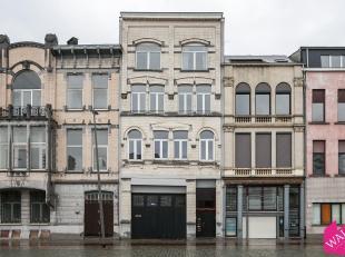 Graag presenteren wij u dit gelijkvloers bestaande uit een ruim magazijn (130m²) met achterliggend appartement 83m². Dit pand is gelegen aan
