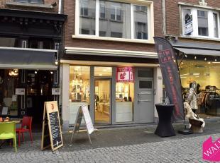 Deze commerciële handelsgelijkvloers met kelder is gelegen in de hoofdwinkelstraat van het toeristisch centrum te Antwerpen, die de Kloosterstraa