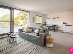 Prachtig nieuwbouw duplex appartement met 2 slaapkamers en ruim terras. Op de eerste verdieping vinden we de leefruimte (37m²) op tegels met open