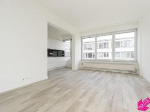 Prachtig gerenoveerd appartement met veel lichtinval. Volledig geschilderd en instapklaar! Onmiddellijk beschikbaar! Indeling: inkomhal met 2 grote in