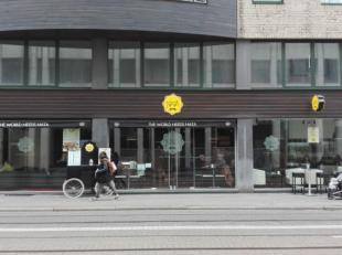 """Deze handelsgelijkvloers met ruime kelder bevindt zich op de Nationalestraat, vlakbij de Groenplaats en tegenover de KdG-Hogeschool, dichtbij """"Dries V"""