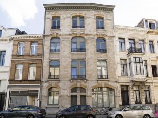 Volledig gerenoveerd, ruim 1 slk appartement in een zeer charmant gebouw op goede ligging. Prachtige afwerking! Het appartement is geschilderd en inst