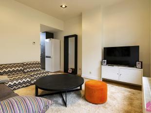 Volledig gerenoveerde centraal gelegen woning met 3 slaapkamers aan het station in Berchem. Volledig nieuw, geschilderd en instapklaar !<br /> Indelin