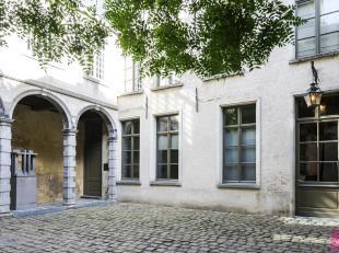Prachtig afgewerkt, sfeervol appartement op topligging aan de voet van de kathedraal. Unieke ligging en uiterst charmant pand met inkom in de Vlaeyken