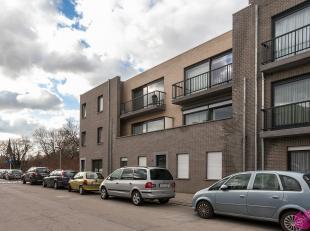 Gelijkvloers nieuwbouwappartement met tuin en twee slaapkamers op centrale ligging nabij winkels en openbaar vervoer. In de huurprijs is eveneens een