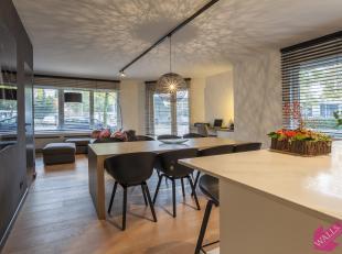 Zeer luxueus afgewerkt gelijkvloers appartement met drie slaapkamers en tuin, zeer gunstig gelegen in het centrum. Het appartement is afgewerkt met ze