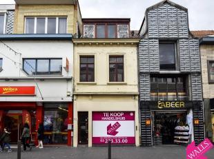 """Deze centraal gelegen handelswoning is gelegen in de hoofdwinkelstraat van Antwerpen-Kiel, de gekende Abdijstraat, dichtbij shopping center """"Den Tir""""."""