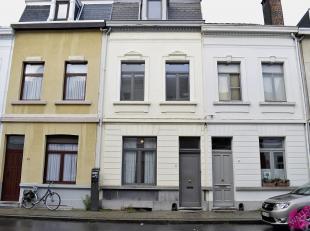 Charmant herenhuis op Zurenborg. Deze woning is volledig gerenoveerd, geschilderd en instapklaar. Ideaal voor co-housers ! Indeling: inkomhal, voorkam