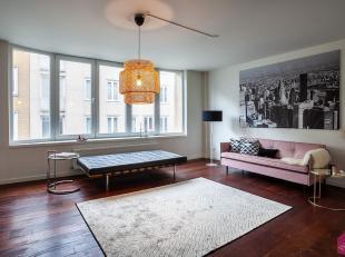 Op zoek naar een charmant appartement op een toplocatie? Dit volledig gerenoveerd 2-slaapkamer appartement is ideaal gelegen binnen de Leien in het ha