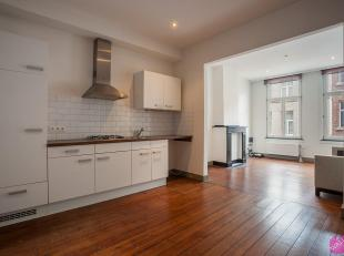 Leefruimte: 28m² (3,7m x 7,7m), planken vloer<br /> Open keuken: voorzien van kasten, spoelbak, gasfornuis met 4 bekken, dampkap, plaats voor was