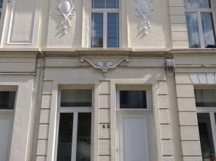 Prachtig gerenoveerde rijwoning gelegen in de populaire Zurenborgwijk. Indeling: Op de gelijkvloerse verdieping vindt men de woonkamer met open keuken