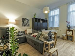 Volledig gerenoveerd appartement, over het station van Berchem. Beschikbaar vanaf 1 januari volledig geschilderd en instapklaar! Indeling: inkomhal me