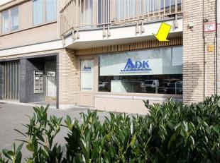 Pand geschikt als kantoorruimte of gelijkvloers appartement met tuin. Het pand is commercieel gelegen aan het Wim Saerensplein (met winkels, school en