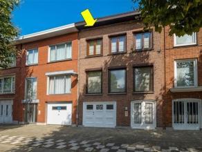 Verzorgde bel-etage woning met tuin goed gelegen op 150 m van het Boekenbergpark. De woning omvat op het gelijkvloers: een diepe (9 m) inpandige garag