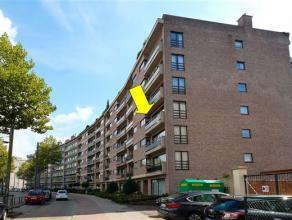 Ruim (140 m²) luxe hoekappartement gelegen op de 3e verd. van een vrij recent gebouw met lift. Het appartement omvat een inkomhal met veiligheids