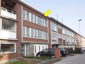 Volledig gerenoveerd appartement op de 2° verd. Indeling: hal met vestiaire, grote living (41m²), nieuwe keuken met toestellen, nieuwe badkam