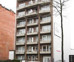 Verzorgd ruim appartement op de 4de verdieping (lift) met 2 terrassen. Het appartement omvat een woonkamer met vinyl vloer, een verzorgde keuken met k
