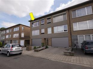 Verzorgd appartement met 2 slaapkamers op de 2° verd. van een klein gebouw (zonder lift). Indeling: L-vormige woning met tegelvloer, nieuwe keuken