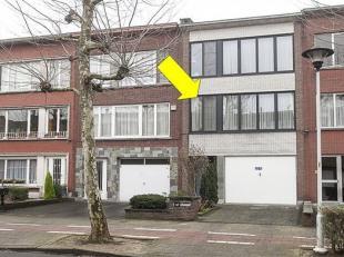 Appartement met 2 slaapkamers op de 1° verd. van een klein gebouw (zonder lift) gelegen in een aangename omgeving te Borsbeek. Het appartement omv