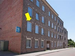 Grens Borsbeek-Deurne. Appartement op de 1° verd. van een klein gebouw (geen lift). Het appartement omvat woonkamer op tegelvloer, lichte keuken,