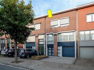 Uiterst verzorgde en instapklare bel-etage woning in een aangename straat te Borsbeek. De woning omvat een inkomhal, inpandige garage met oprit, een w
