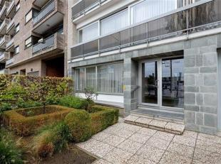 Degelijk gelijkvloersappartement in een goed onderhouden gebouw gelegen te Deurne-zuid. Het appartement omvat een inkomhal met vestiaire- en bergkast,