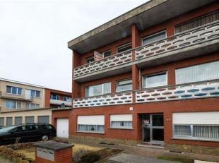 Mooi licht hoekappartement te Borsbeek op de 1e verd. van een klein gebouw. . Plaatsbeschrijving: living met tegelvloer, nieuwe ingerichte keuken,  ni
