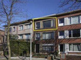 Volledig gerenoveerd mooi en licht appartement met 2 slaapkamers, gelegen op de 2° verdieping van een klein gebouw. Het appartement omvat een inko