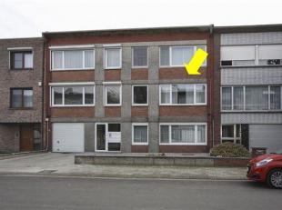 Licht appartement op de 1ste verdieping zonder lift. Het appartement omvat een inkomhal met ingemaakte kast, een grote lichte woonkamer met parketvloe